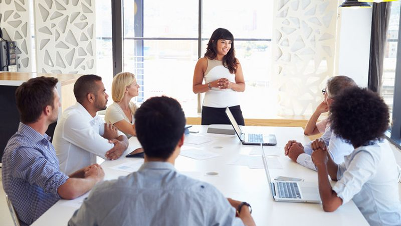 A female Collaboration Architect facilitating colleagues in a strategic collaboration.